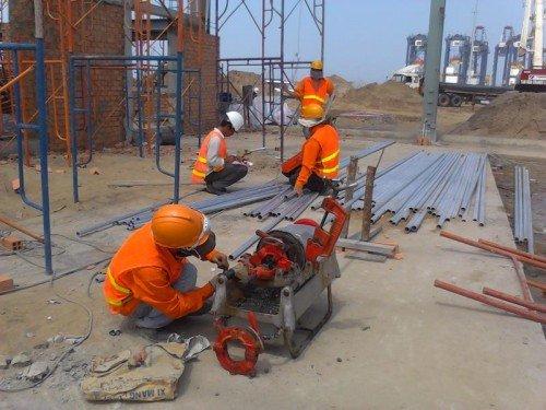 Các kỹ sư và công nhân đang gấp rút hoàn thành dự án